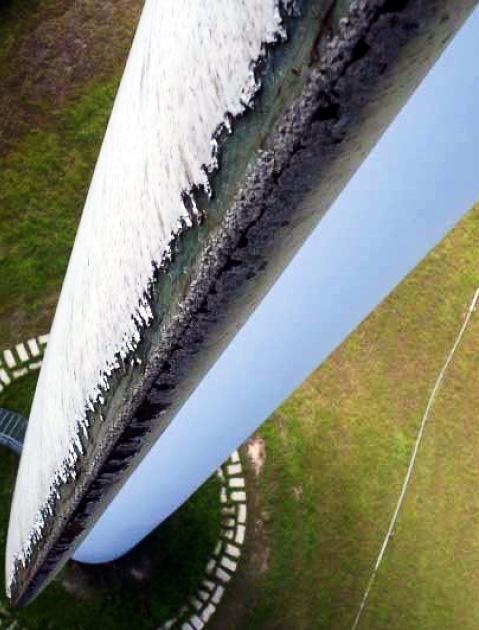 Detalle del desgaste de la pala de un aerogenerador fotografiado en un vuelo de inspección aérea con un RPA.