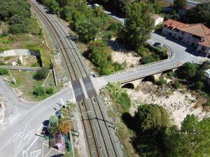 Paso a nivel con barreras en estación ferroviaria de Pobes, Alaba.