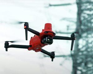 Inspeccion de una linea eléctrica de alta tensión con un dron provisto de módulo RTK para posicionamiento preciso.