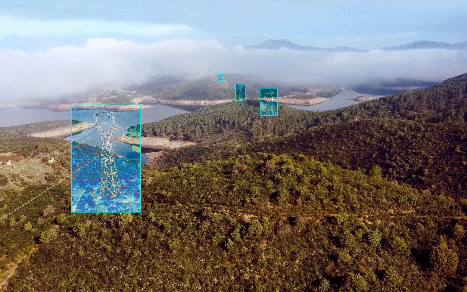 Inspeccionando con dron una linea de alta tensión en Madrid. ©AerialTécnica 2020