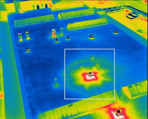 Detalle de la perdida térmica en la cubierta de una nave industrial fotografiada por un RPA