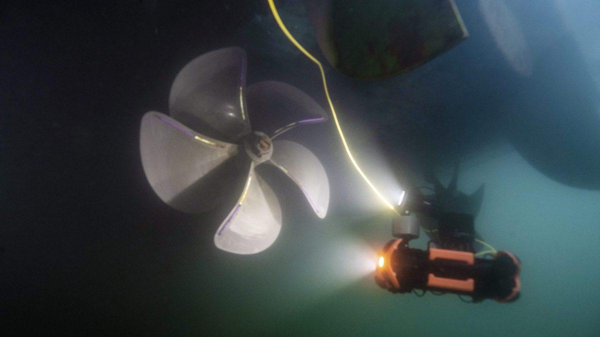 Chasing M2 PRO ROV inspeccionando bajo el agua la hélice de un buque.