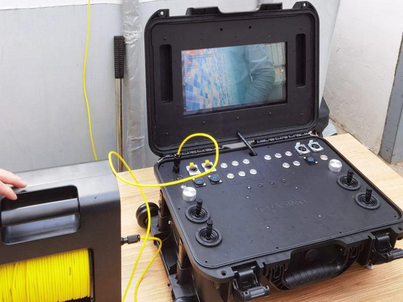 Consola de control con pantalla de alto brillo.