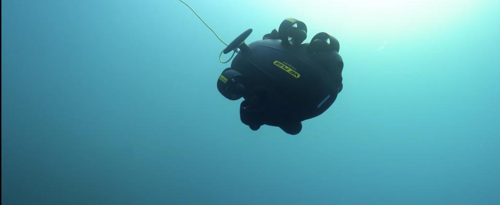 Un ROV Fifish PRO V6 PLUS iniciando la inmersión.