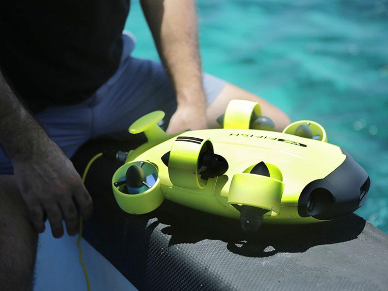 El Fifish V6 es pequeño y manejable; su eje mas largo proa-popa mide 38 cm. Y no llega a los 4 kilos de peso.
