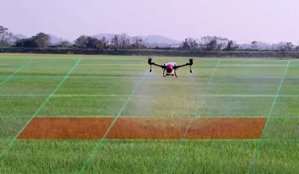 El XAG V40 aplica tratamientos allí donde se necesita, reconociendo el terreno con mapas agrícolas IA.